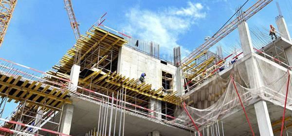 Voorbeeld van bouwwerkzaamheden met hijskranen aan flatgebouw